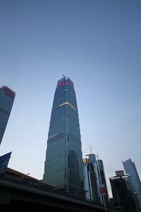 黄昏下的摩天大楼