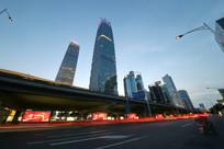 霓虹灯下的北京摩天大楼