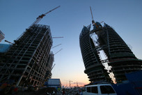 黄昏下的在建的丽泽商务区大厦