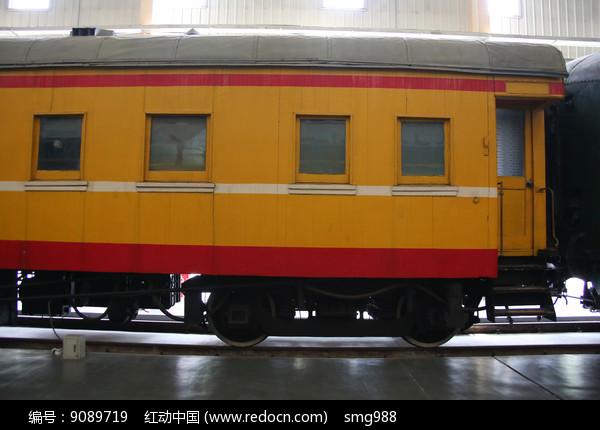 黄色火车车厢图片