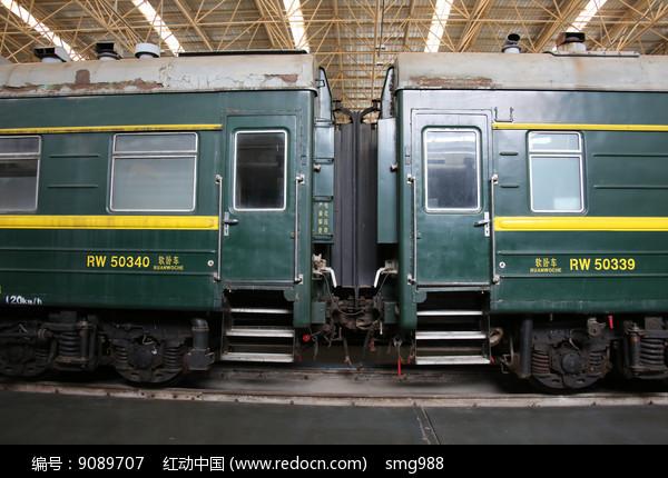 绿皮火车的车厢图片
