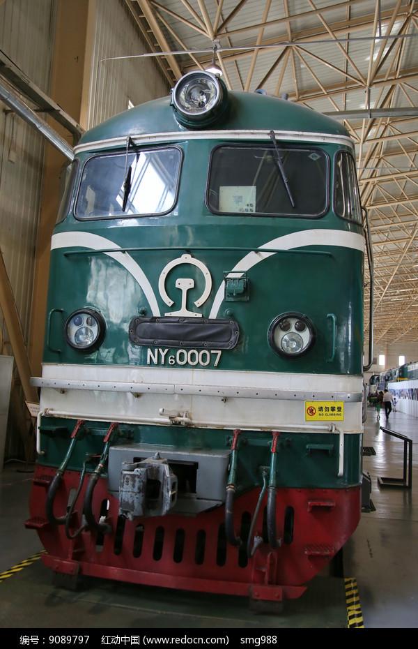 绿色的老式火车车头图片