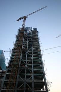 仰视在建的钢架大厦