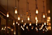 天花板多列橘色悬壁白炽灯