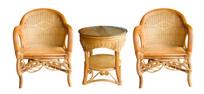 白背景前的藤椅茶几家具组合