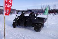 驾驶全道路吉普车在雪地撒野