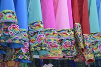 近拍少数民族刺绣服装特写图片