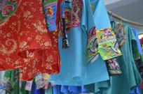 近拍少数民族刺绣服装图片