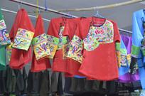 少数民族刺绣服装特写图片