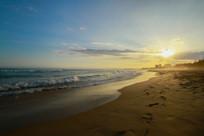黄昏沙滩上的脚印