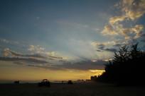 黄昏云朵下的海边