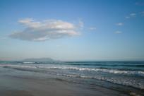 蓝天下的海浪