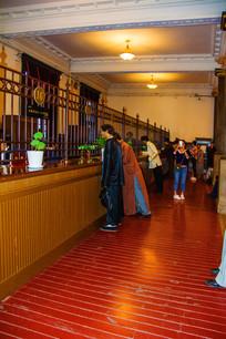 沈阳边业银行大厅一侧柜台
