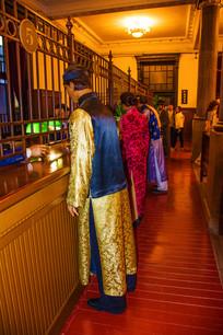 沈阳博物馆一侧柜台与群塑像