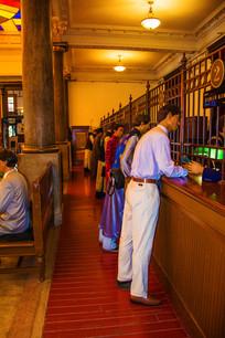 沈阳金融大厅一侧柜台与群塑像