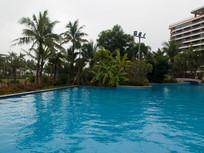 海南高档住宅小区里蓝色游泳池