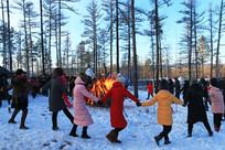 游客在林海雪原跳起了篝火舞
