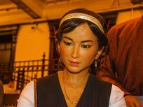 戴发卡耳环项链年轻女子半身像