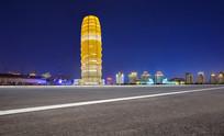 沥青道路前景的郑州千玺大厦