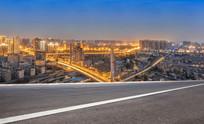 前景为沥青道路的城市夜景
