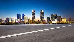 前景为沥青道路的郑州城市夜景