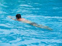 在游泳池里游泳的人