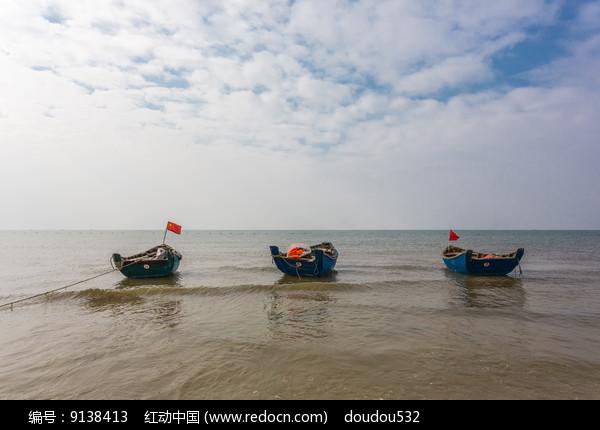 北海沙滩上的小船图片