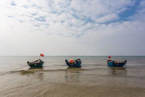 北海沙滩上的小船