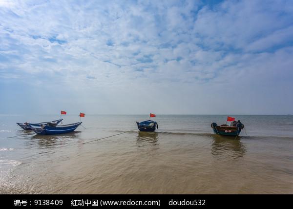 北海银滩上的渔船图片
