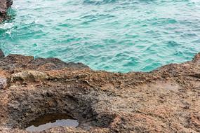 大海中的海蚀石