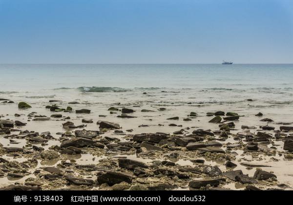 海边上的礁石图片