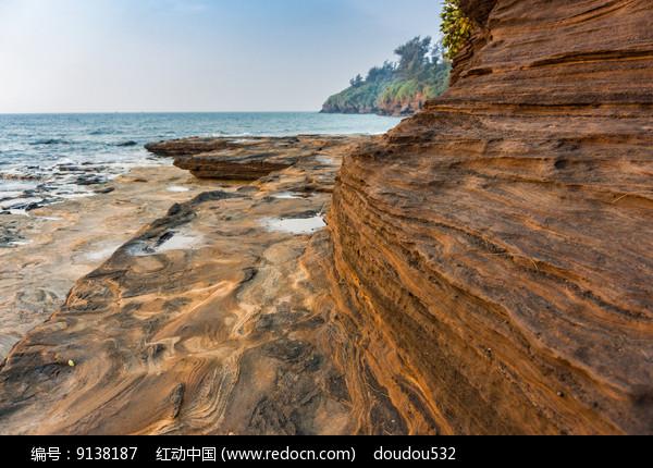 海洋上的五彩岩石图片
