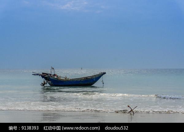 还边上的渔船图片