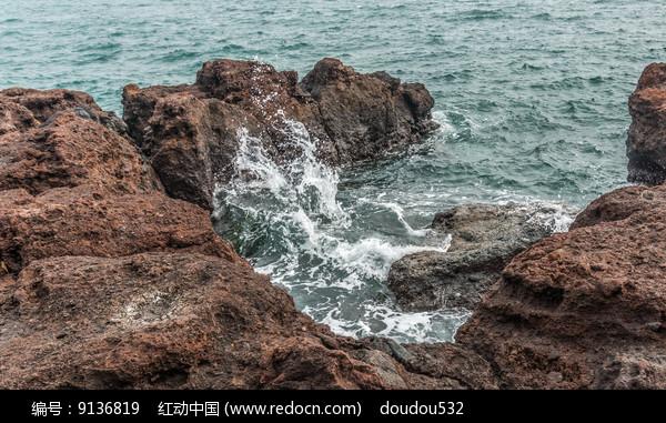 礁石上的海浪图片
