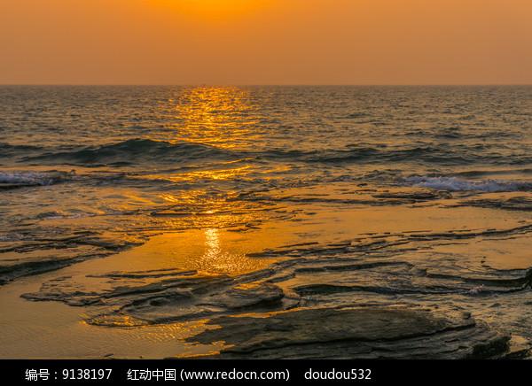 五彩滩上的霞光图片