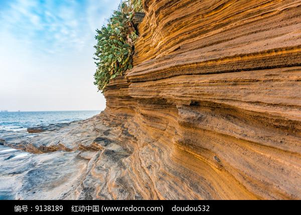 涠洲岛五彩滩上的海蚀石图片