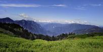 层叠的山峦风景摄影图