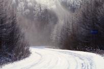 弯曲山路雪景