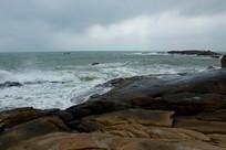 阴天氛围下的海南文昌石头公园
