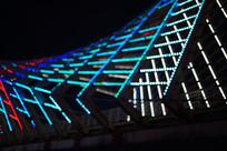 黑色夜晚背景的桥上的霓虹
