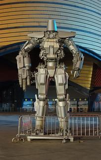 晚上广场的金属变形机器人