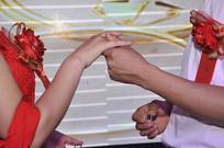 婚礼现场新人互戴钻戒