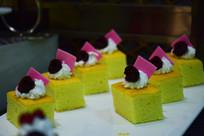 排成两列的块状小蛋糕