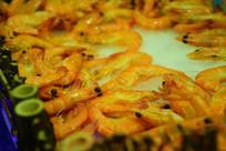 自助餐厅里的半熟红色河虾