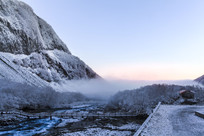 长白山冬季河流和晨雾