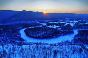 雪色山林河湾暮色
