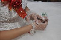 等待新郎的新娘子的婚纱手局部