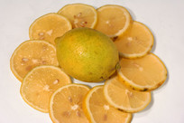 切开的新鲜柠檬
