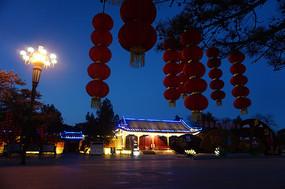 夜色中的串串红灯笼