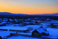 中俄边境雪乡村庄暮色